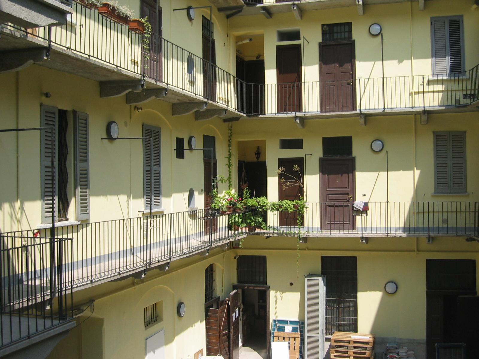 Milano - via Corsico: ballatoi e scale