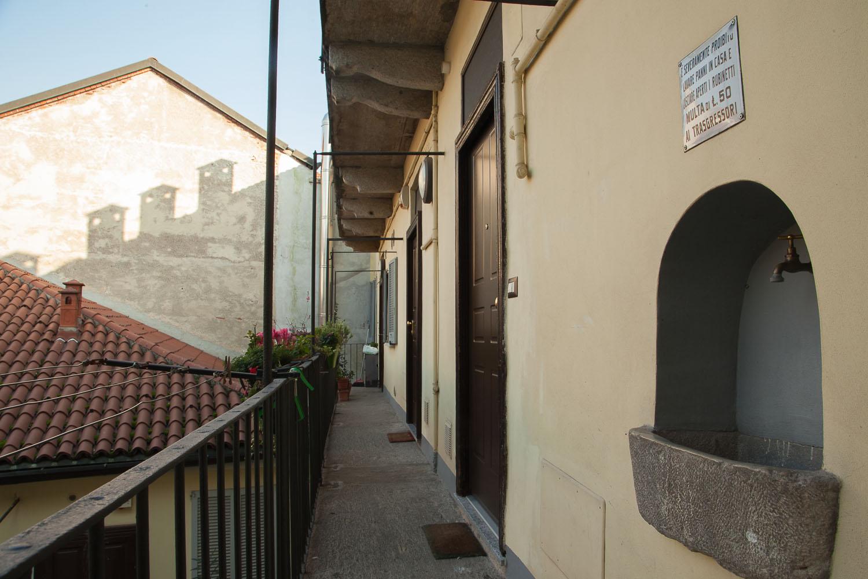 Milano - via Corsico: ballatoio esterno
